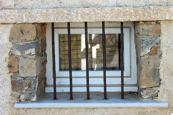 zakratowane okno