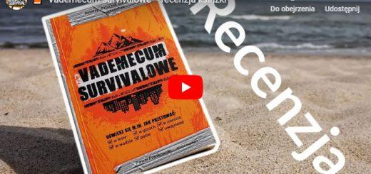 Vademecum survivalowe - recenzja książki zdjęcie przedstawia tę książkę na plaży na tle polskiego morza