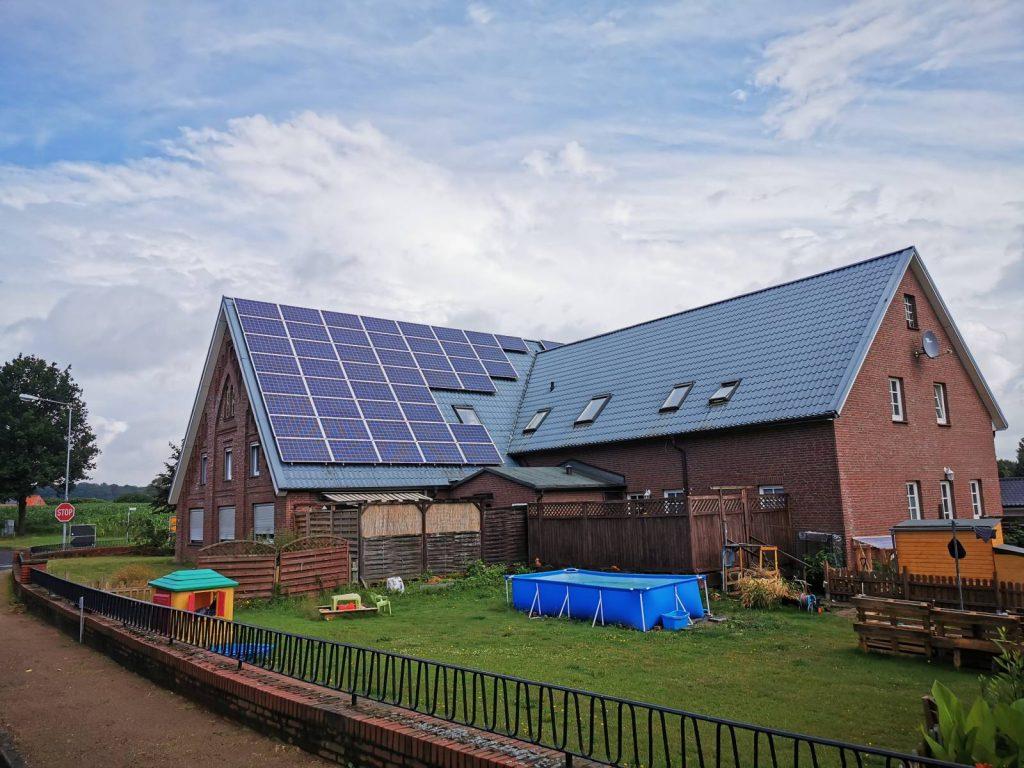 Autonomiczny dom będzie w stanie wytwarzać sobie energię elektryczną. Na zdjęciu jest duży murowany budynek mieszkalny z panelami fotowoltaicznymi (bateriami słonecznymi) na połaci dachu skierowanej na południe.